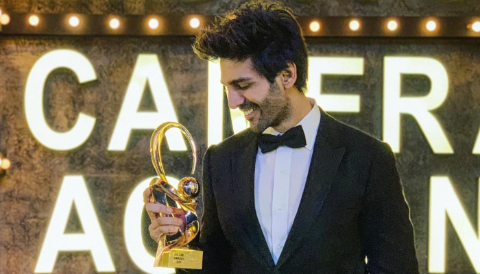 Kartik Aaryan Wins Best Actor Award for Sonu Ke Titu Ki Sweety at Zee Cine Awards 2019