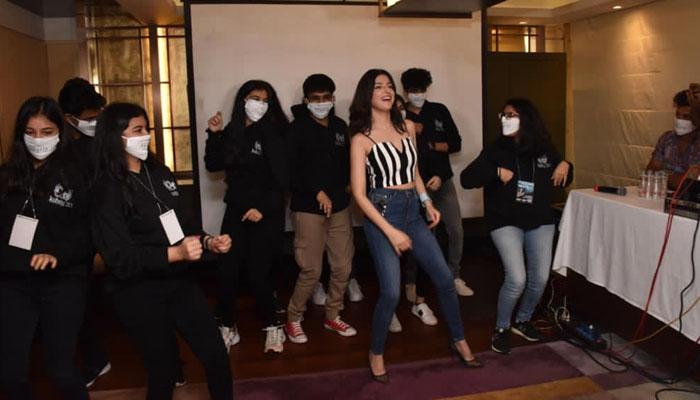 Divya Khosla Kumar shakes a Leg with College Students at Kshitij Festival!