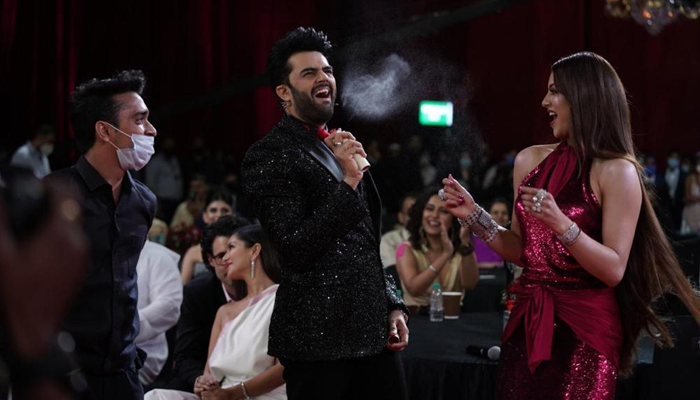 Maniesh Paul adds zing and life at the Filmfare Awards 2021 with his vibrant energy