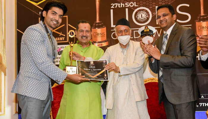 Gurmeet Choudhary receives the 'Selfless Act of Philanthropy' Award at the 27th Sol Lions Gold Awards 2021!